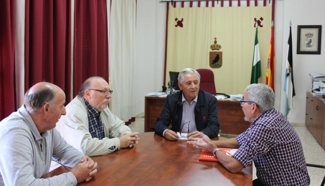 La Asociación de Amigos del Camino de Santiago en Cádiz se reúne con el alcalde de El Cuervo