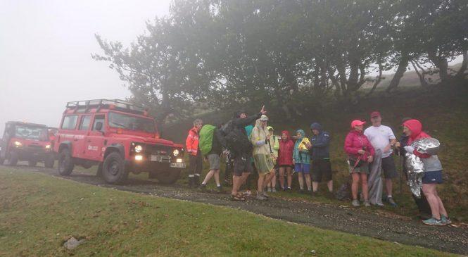 Exahustos y con hipotermia en el Camino: bomberos auxilian a un grupo de 20 peregrinos en Roncesvalles